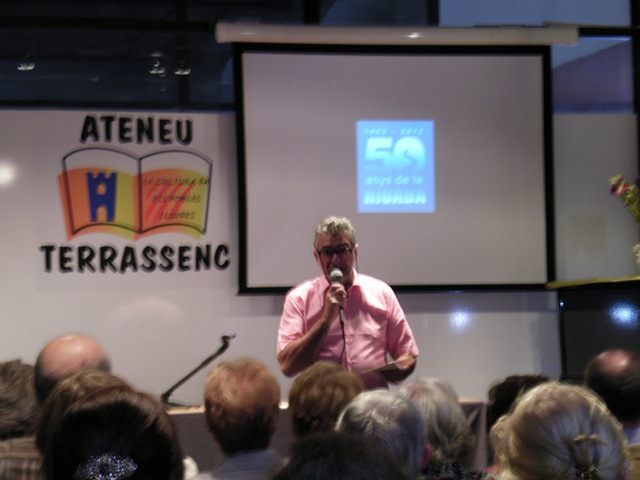 Jaume Valls, responsable dels actes de commemoració del 50è aniversari, presenta el documental a l'Ateneu