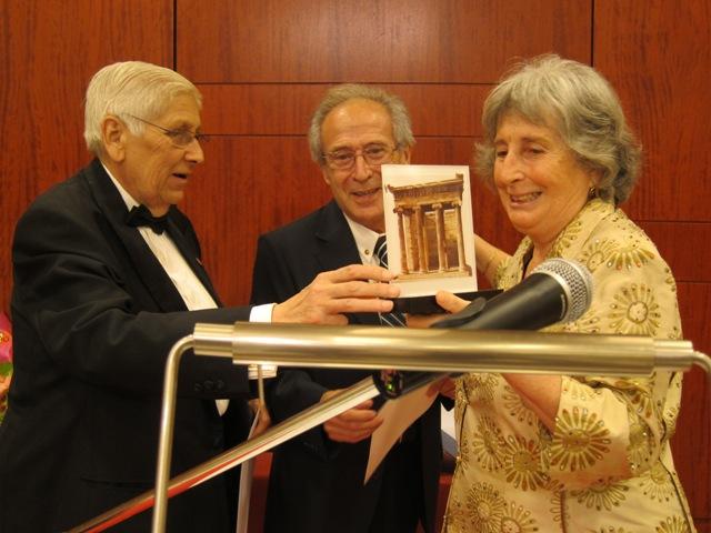 Josep Colobran rep la distinció de Soci d'Honor, de mans de Corominas i Ros