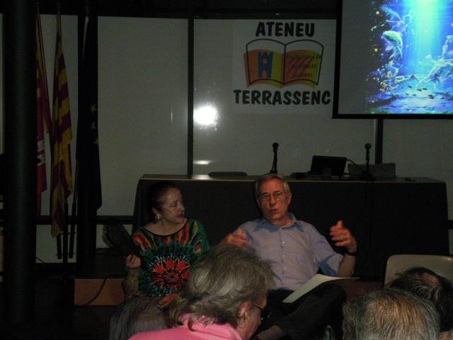 Ramon Vidal, en un moment de la tertúlia, acompanyat d'Assumpta Roset, secretaria de l'Ateneu